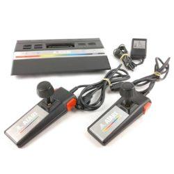 Atari 2600 Jr. inkl. strømforsyning og to controllers