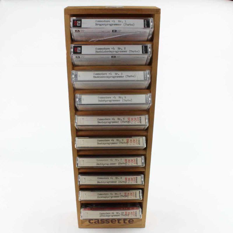 Træreol til 10 kassettebånd inkl. Commodore 64 spil.
